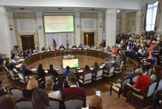 Молодые учителя и ветераны педагогического труда обсудили развитие образования в Новосибирской области