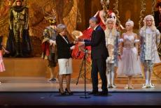 Зампред Правительства РФ Ольга Голодец передала Губернатору Андрею Травникову символ Года театра