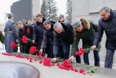 Губернатор Андрей Травников в День защитника Отечества вместе с новосибирцами возложил цветы к Вечному Огню на Монументе Славы