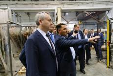 Андрей Травников высоко оценил темпы производственного роста картонно-бумажного комбината