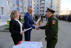 Губернатор Андрей Травников вручил военнослужащим ключи от новых квартир
