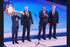 Андрей Травников передал Евгению Подгорному символический ключ в знак открытия Центра подготовки по спортивной гимнастике