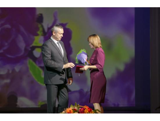 Врио Губернатора Андрей Травников вручил знаки отличия «За материнскую доблесть»