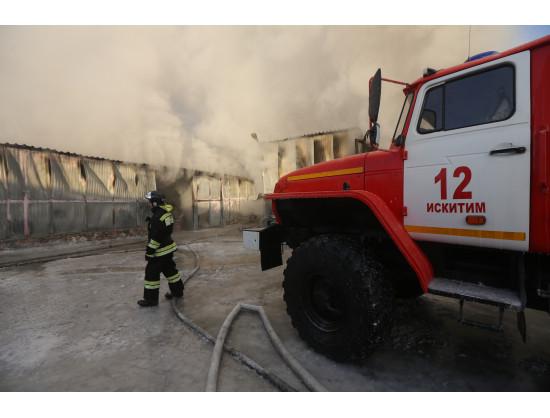 Врио Губернатора Андрей Травников проконтролировал ход работ по ликвидации последствий крупного пожара в Искитимском районе