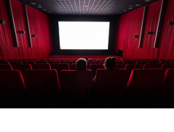 Рассаживать зрителей в шахматном порядке и установить рециркуляторы воздуха обязали кинотеатры и театры региона