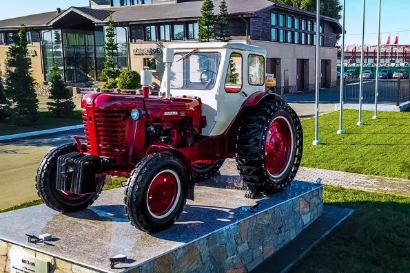 Памятник трактору открыли в Новосибирске