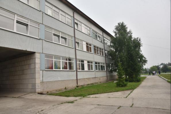 Губернатор поручил ускорить проведение ремонтных работ в аварийных помещениях школы в Коченёвском районе