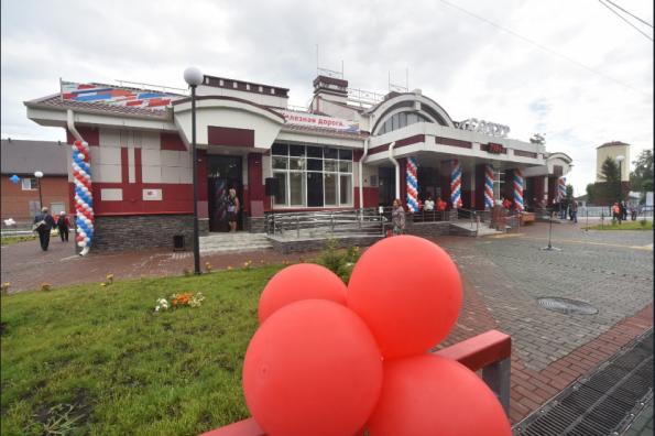 В преддверии Дня железнодорожника Губернатор Андрей Травников дал старт работе нового вокзала на станции Сокур