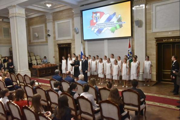 Одаренных в сфере культуры детей и молодежь наградили в Правительстве региона