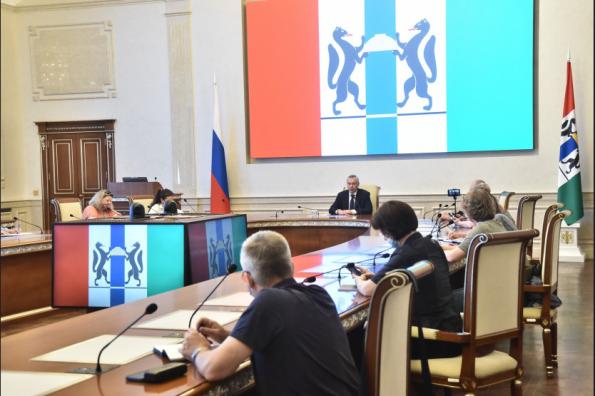 Губернатор Андрей Травников призвал поддержать медиков в борьбе с пандемией