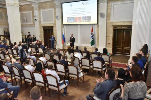Губернатор Андрей Травников поздравил Сибирский русский народный хор с 75-летием