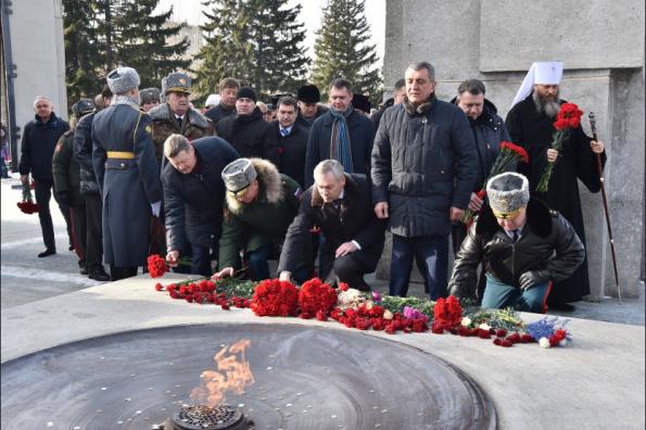 Губернатор Андрей Травников возложил цветы к Вечному огню на Монументе Славы