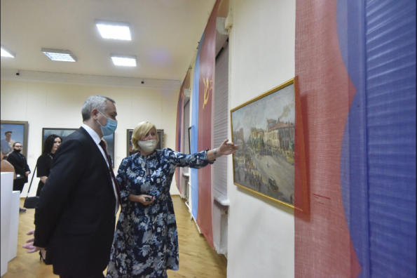 Губернатор Андрей Травников поздравил новосибирцев с открытием художественной выставки «Красный проспект. #Победа!»