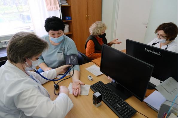 Губернатор проверил работу поликлиник в период майских праздников: вакцинация и диспансеризация проходят без сбоев