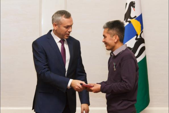 Губернатор Андрей Травников вручил знаки отличия Новосибирской области «Отцовская слава»