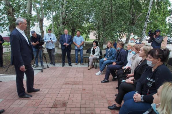Новая школа, тротуары, книга памяти и женский хоккей: Андрей Травников встретился с активистами Татарского района