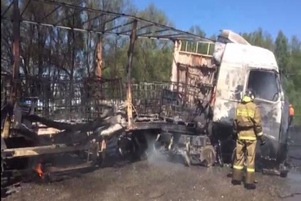 Федеральную трассу в Новосибирской области перекрыли из-за горящей фуры